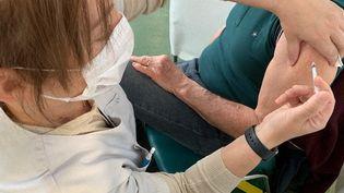 Un patient reçoit une injection d'un vaccin anti Covid-19. Photo d'illustration. (BORIS COMPAIN / FRANCE-BLEU TOURAINE)
