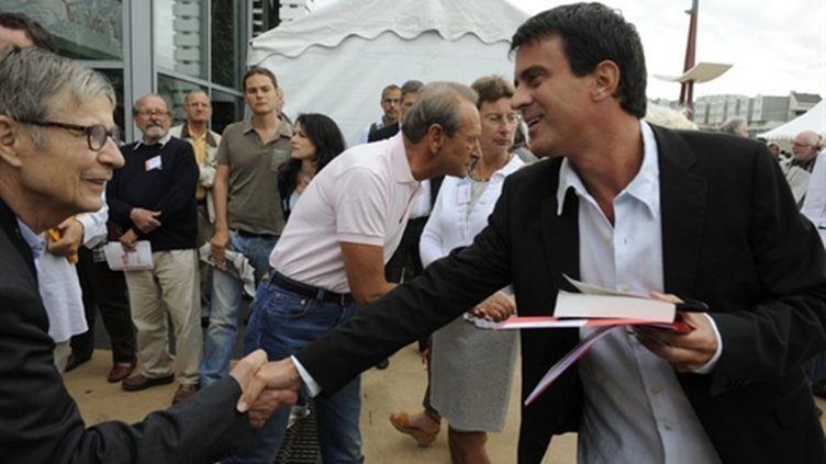 Manuel Valls, député maire d'Evry, salue un militant. (AFP - Jean-Pierre Muller)