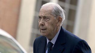 L'ancien ministre de l'Intérieur Charles Pasqua à son arrivée au tribunal de Versailles (Yvelines) pour le procès en appel de la fondation Hamon, le 18 mai 2015. (KENZO TRIBOUILLARD / AFP)