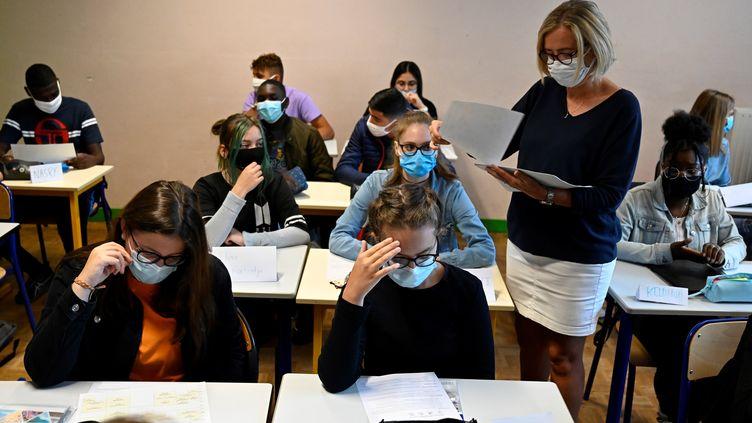 Une classe de lycée près de Rennes, en septembre 2020. Photo d'illustration. (DAMIEN MEYER / AFP)