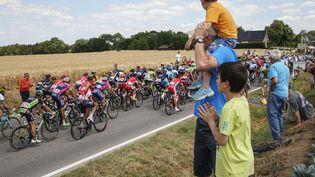 Des spectateurs suivent la troisième étape du Tour de France, le 6 juillet 2015, à Tienen (Belgique). (THIERRY ROGE / BELGA MAG / AFP)