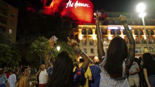 Le concert polémique de The Avener a réuni samedi 11 juillet plusieurs milliers de personnes sur le quai des Etats-Unis, au pied de la Tour Bellanda à Nice. (YANN COATSALIOU / AFP)