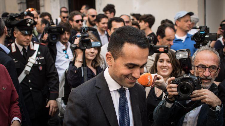 Luigi Di Maio, leader du Mouvement 5 étoiles, parle aux médias après une rencontre avec les responsables de la Ligue, le 11 mai 2018, à Rome. (ANDREA RONCHINI / NURPHOTO / AFP)