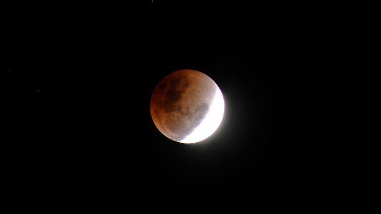 Une éclipse lunaire, vue de Lhokseumawe, en Indonésie, le 31 janvier 2018. (FACHRUL REZA / NURPHOTO / AFP)