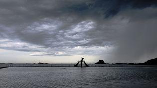 Un orage frappe Saint-Malo (Ille-et-Vilaine), le 12 août 2020. (SANDRINE MULAS / HANS LUCAS / AFP)