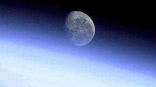 La Lune vue à travers l'atmosphère terrestre, depuis la Station spatiale internationale, le 8 août 2001. (NASA / DROUOT)