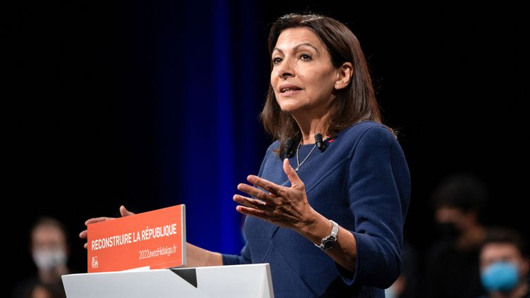 La candidate socialiste à l'élection présidentielle, Anne Hidalgo, le 23 octobre 2021 à Lille. (THOMAS LO PRESTI / AFP)