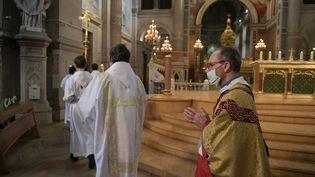 Une messe est célébrée sans public, le 21 novembre 2020, à Paris, en l'église Saint François-Xavier. (ISA HARSIN / SIPA)