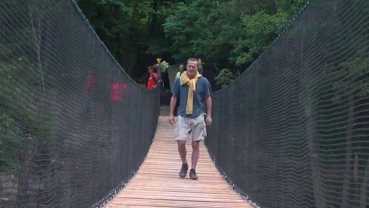 Vallée de la Roya : un habitant sort de l'isolement grâce à une passerelle construite par des bénévoles (France 2)