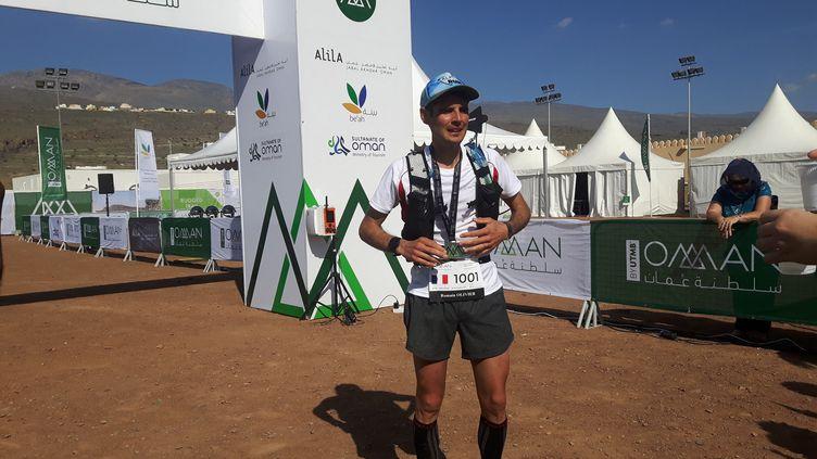 Le Français Romain Olivier, vainqueur de l'Ultra-trail d'Oman sur 130 km, à l'arrivée à Al Hamra le 29 novembre 2019 (JEROME VAL / FRANCEINFO / RADIO FRANCE)