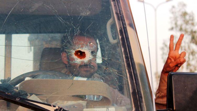 un soldat fait le V de la victoire au volant de son véhicule mitraillé, quinze jours après avoir repris la ville aux rebelles Houthis, avec l'appui de la coalition arabe emmenée par Ryad. Marib, située dans une région riche en pétrole et en gaz, principal fournisseur d'électricité du pays, est devenue au fil des mois et de l'emprise des combats, la cité la plus armée du pays. Pas un habitant qui ne se promène sans son fusil en bandoulière. De leur propre aveu, les Yéménites considèrent qu'avec moins de trois armes à feu sur soi, on n'est pas protégé. Le marché de Marib regorge de Kalachnikov, de pistolets et de grenades. Dans le même temps, trois enfants sont tués chaque jour selon l'Unicef et 500.000 souffrent de malnutrition aiguë. Le blocus organisé par la coalition arabe, soupçonnée de crimes de guerre, empêche les denrées d'arriver. Depuis mars 2015,plus de 100.000 Yéménites se sont réfugiés dans les pays voisins. (Angus Mc DOWALL / REUTERS)
