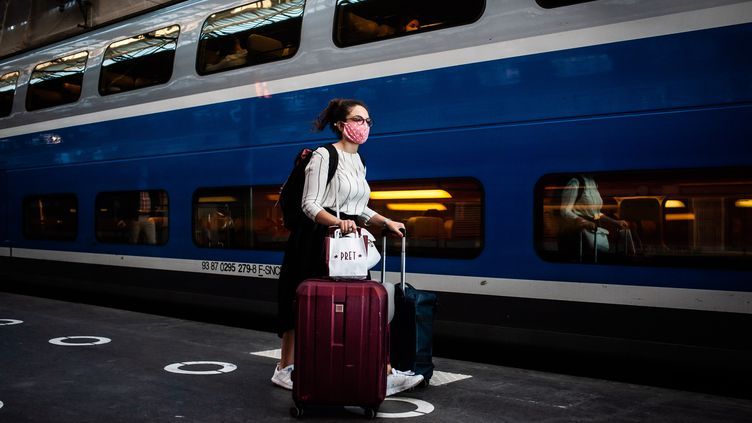 A la gare de Lyon, à Paris, le 3 juillet 2020. A partir du 15 décembre 2020, les déplacements de région à région seront à nouveau possibles. (BENJAMIN MENGELLE / HANS LUCAS / AFP)