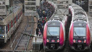 Des trains à la gare Saint-Lazare, à Paris, le 15 février 2018. (LUDOVIC MARIN / AFP)