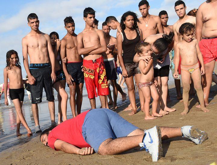 Un Marocain rend hommage à Aylan, en posant dans le sable, sur une plage de Rabat, le 7 septembre 2015. (FADEL SENNA / AFP)