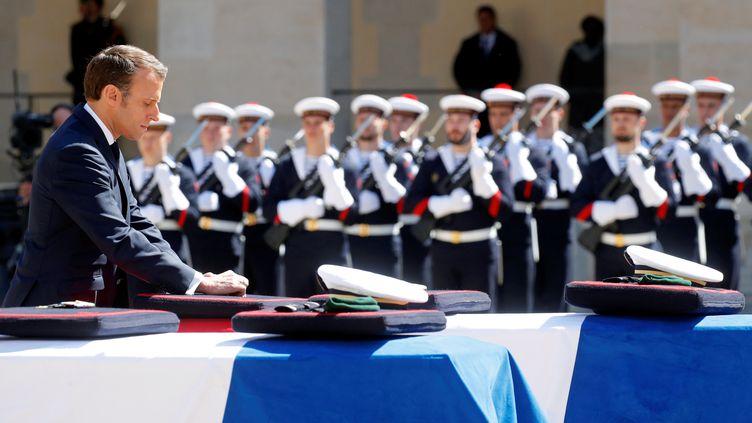 Emmanuel Macron devant les dépouilles des soldatsCédric de Pierrepont Alain Bertoncello, mardi 14 mai 2019, lors de l'hommage qui leur a été rendu aux Invalides. (PHILIPPE WOJAZER / REUTERS)