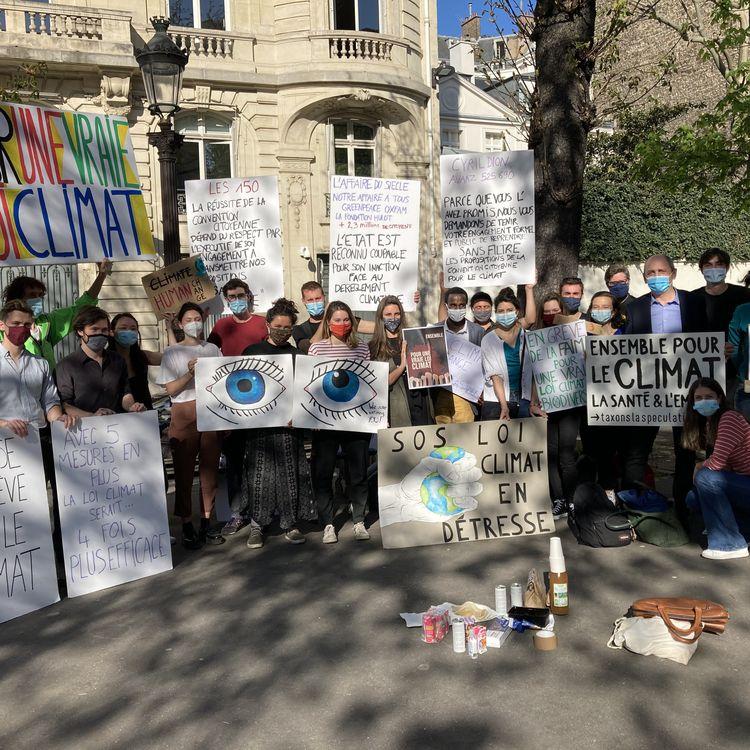 """Une vingainte de personnesparticipe à la """"permanence"""" organisée près de l'Assemblée nationale (Paris) pour demander une """"vraie loi Climat"""", le 30 mars 2021. (CAMILLE ADAOUST / FRANCEINFO)"""