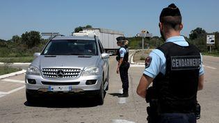 Des gendarmes contrôlent des véhicules le 20 mai 2020 au Saintes-Maries-de-la-Mer (Vaucluse). (MAXPPP)