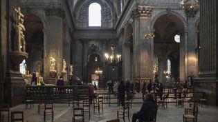 Des croyants respectant les gestes barrières lors d'une messe à l'église Saint-Sulpice, à Paris, le 29novembre 2020. (ALAIN JOCARD / AFP)