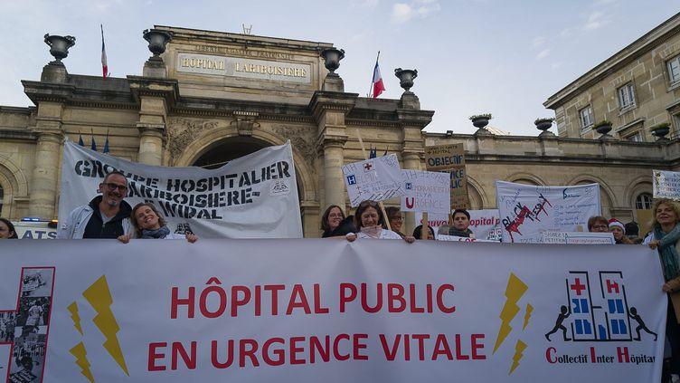 Une banderole du collectif Inter Urgences, lors d'une manifestation devant l'hôpital Lariboisière (Paris), le 17 décembre 2019. (JPNVHB / MAXPPP)