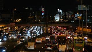 Des bouchons à Paris, le 9 décembre 2019. (MATHIEU MENARD / HANS LUCAS / AFP)