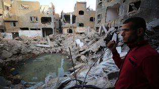 Un homme constate les dégâts dans son quartier de Beit Hanoun, à Gaza, après l'entrée en vigueur du cessez-le-feu, le 21 mai 2021. (HASSAN JEDI / ANADOLU AGENCY / AFP)