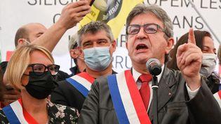 Jean-Luc Mélenchon, chef de file de La France insoumise etcandidat à la présidentielle de 2022, prononce un discours lors d'une manifestation des salariés grévistes de Ferropem, le 5 juin 2021 à Livet-et-Gavet, près de Grenoble (Isère). (PHILIPPE DESMAZES / AFP)