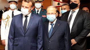 Le président français, Emmanuel Macron, est accueilli par le président libanais Michel Aoun, le 31 août 2020 à Beyrouth. (DALATI AND NOHRA / AFP)