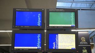 Panneaux d'affichage des arrivées et départs à la gare Montparnasse, dimanche 3décembre. (MARTIN BUREAU / AFP)