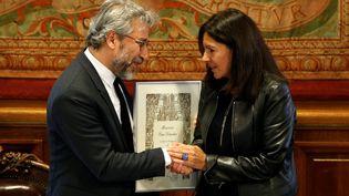 Can Dündar et Anne Hidalgo à la mairie de Paris mardi 8 novembre. (CHARLES PLATIAU / REUTERS)