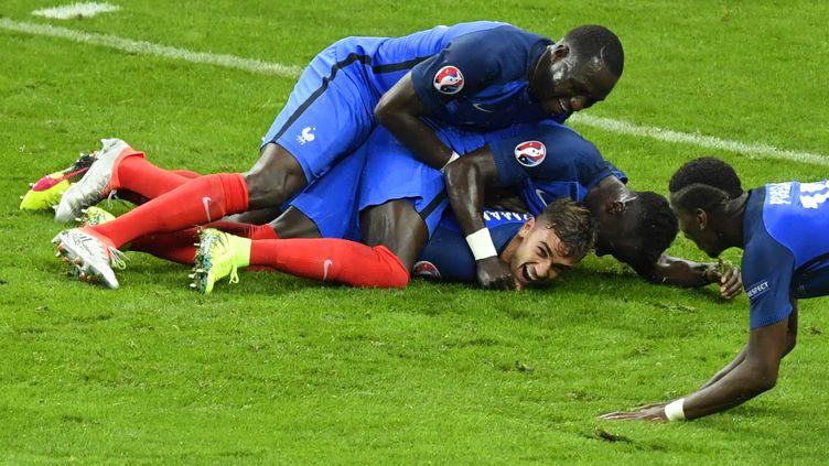 Griezmann félicité par ses coéquipiers, lors du 4e but de la France face à l'Islande, en quart de finale de l'Euro 2016 (MIGUEL MEDINA / AFP)