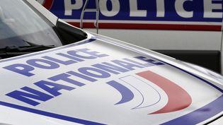 Des voitures de police devant le commissariat de Bordeaux, le 8 février 2016. (Photo d'illustration) (REGIS DUVIGNAU / REUTERS)