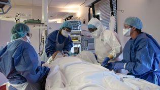 Des soignants dans une chambre de soins intensifs, en avril 2020. (ALEXIS SCIARD / MAXPPP)