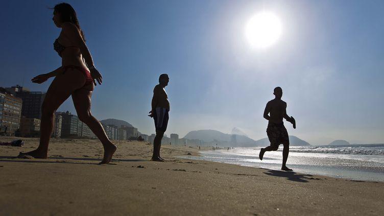 Des baigneurs sur la plage de Copacabana, à Rio de Janeiro (Brésil), le 6 août 2013. (ALEX RIBEIRO / AGENCIA O DIA / AFP)