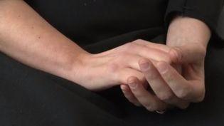 Une femme accuse son gynécologue de l'avoir agressée sexuellement au cours d'une consultation. Elle a porté plainte en 2014 et elle n'est pas la seule. En tout, l'instruction a retenu 62 victimes potentielles. Depuis, l'homme a été mis en examen, mais il continue d'exercer à Arras (Pas-de-Calais). (FRANCE 3)