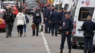 Des policiers près des lieux de la prise d'otages, le 7 mai 2019 à Blagnac (Haute-Garonne). (PASCAL PAVANI / AFP)
