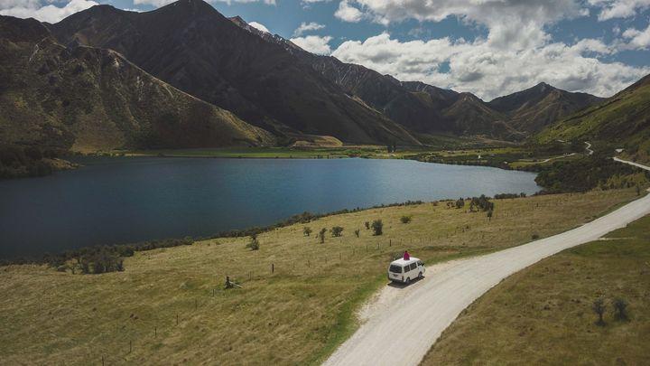 Le van est le véhicule de loisirs idéal pour partir hors des sentiers battus entre les lacs et les montagnes. (YESCAPA)