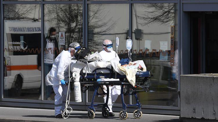 Un patient sous assistance respiratoire est transféré à l'hôpital de Strasbourg (Bas-Rhin), le 16 mars 2020. (PATRICK HERTZOG / AFP)