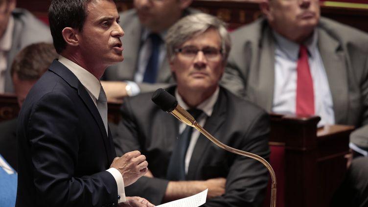Le Premier ministre, Manuel Valls, à la tribune de l'Assemblée nationale, sous le regard du ministre de l'Agriculture, Stéphane Le Foll, mercredi 22 juiillet 2015. (JOEL SAGET / AFP)