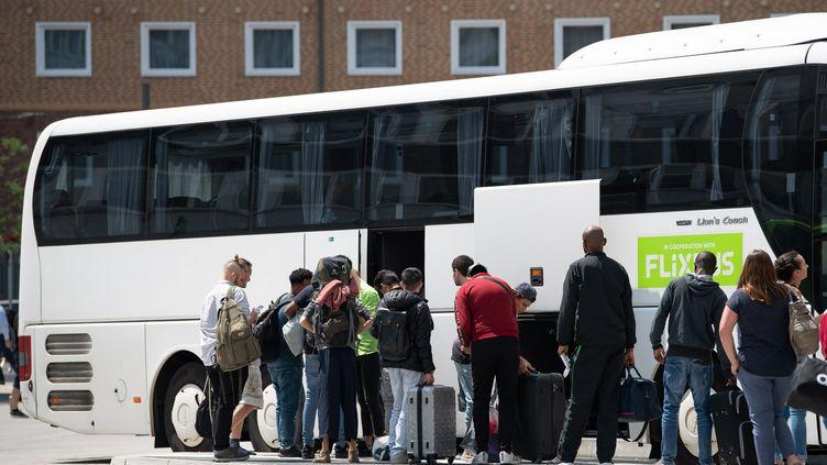 Des passagers s'apprêtent à embarquer dans un car de la compagnie FlixBus, àFrancfort-sur-le-Main (Allemagne), le 16 juillet 2019. (Photo d'illustration) (Silas Stein / DPA / dpa Picture-Alliance)