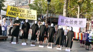 Lors d'une cérémonie en mémoire des victimes du bombardement d'Hiroshima et pour l'abolition des armes nucléaires, le 6 août 2015, à Paris. (FRANCOIS PAULETTO / CITIZENSIDE.COM / AFP)
