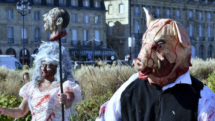 """La """"Zombie Walk"""" sur les quais de la Garonne à Bordeaux.  (GEORGES GOBET / AFP)"""