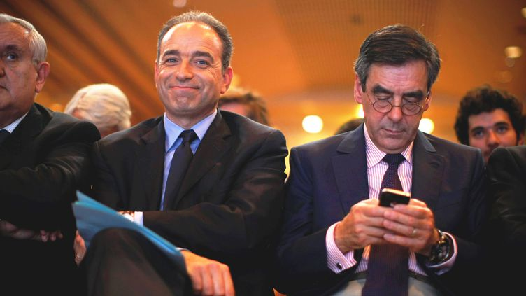 Jean-François Copé et François Fillon assistent à une réunion des cadres de l'UMP, le 26 mai 2012 à Paris. (THOMAS PADILLA / MAXPPP)