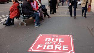 Une publicité sur un trottoir à Paris, en avril 2017. (MAXPPP)