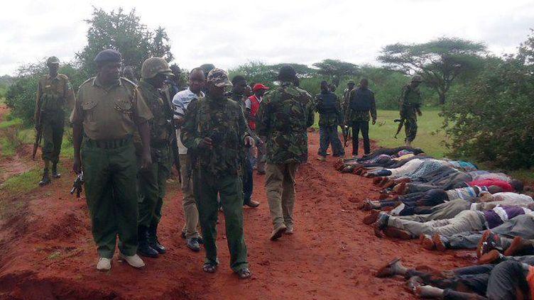 22 novembre 2014: les forces de sécurité kenyanes sur le lieu d'une attaque menée par les shebabs somaliens à environ 50 kilomètres de Mandera, ville située près de la frontière entre le Kenya et la Somalie. ( AFP PHOTO / STRINGER)