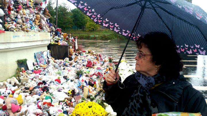 Cette habitante de Seine-et-Marne ne fait pas partie des 2 000 personnes invitées à l'hommage national prévu samedi à Nice, mais elle tient à être présente (BENJAMIN ILLY / RADIO FRANCE)