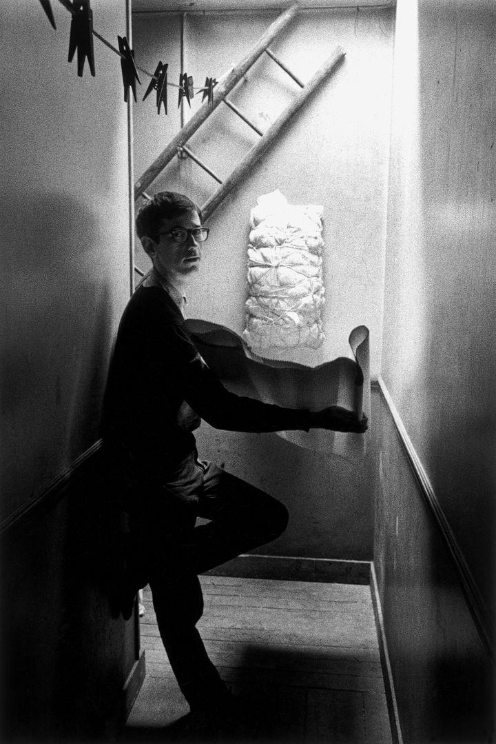 Christo dans un couloir menant à son atelier parisien (© Christo 1962 © Enzo Sellerio - Olivia et Antonio Sellerio ayants-droit de Enzo Sellerio)