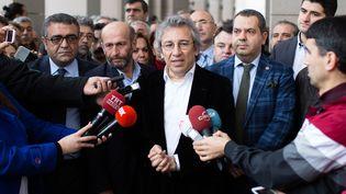 """Can Dündar (au centre), le rédacteur en chef du journal turc """"Cumhuriyet"""", le 26 novembre 2015 avant son audition devant un tribunal d'Istanbul (Turquie). (VEDAT ARIK / CUMHURIYET / AFP)"""