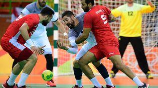 Les handballeurs français affrontent la Tunisie lors de leur premier match aux Jeux olympiques à Rio de Janeiro au Brésil, le 8 août 2016. (FRANCK FIFE / AFP)