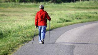 Un senior qui marche sur une route du Danemark  (TURPIN PHILIPPE / MAXPPP)