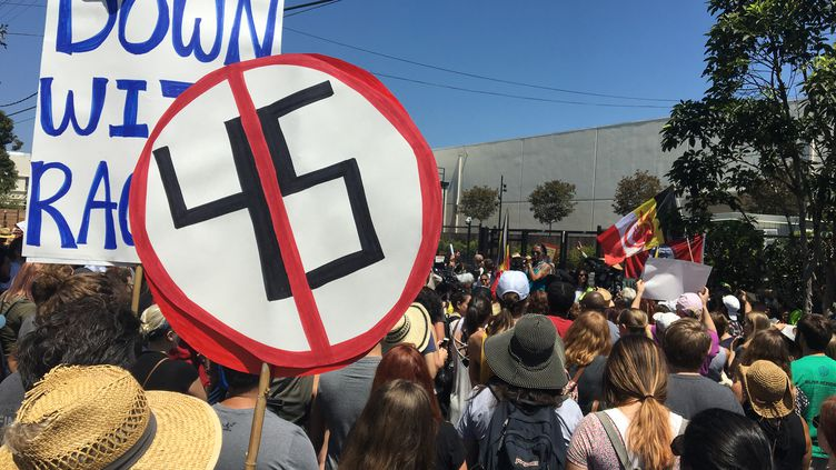 2 000 personnes ont défilé contre le racisme, le 19 août 2017, àLos Angeles, aux Etats-Unis. (LOÏCPIALAT / FRANCEINFO)